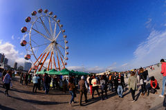 Leute und ein Riesenrad bei Heineken Primavera klingen Festival 2013 Stockbild