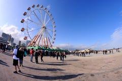 Leute und ein Riesenrad bei Heineken Primavera klingen Festival 2013 Stockbilder