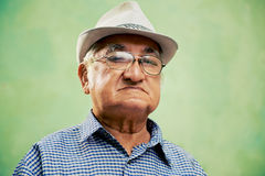 Porträt des ernsten alten Mannes mit dem Hut, der Kamera betrachtet stockbild