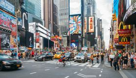 Leute und geführte Werbetafeln im Times Square, New York City, USA Stockbild
