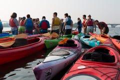 Leute und Kajaks auf dem Fluss Dnepr in Kiew stockbilder
