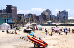 Leute und schmuddeliges auf Addington-Strand in Durban Stockbilder