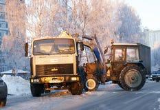 Leute und Techniken säubern Schnee von der Straße Lizenzfreie Stockfotos