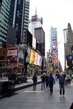 Leute und Touristen im Times Square Lizenzfreie Stockfotos