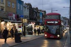 Leute und Verkehr auf Straße an der Dämmerung in Camden Town London Lizenzfreies Stockfoto