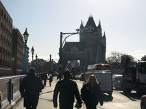 Leute und Verkehr auf Turm-Brücke, London lizenzfreies stockbild