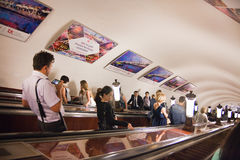 Leute und Werbung in Moskau Untertage Stockfotografie