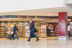Leute und zollfreie Buchhandlung in Melbourne-Flughafen stockfoto