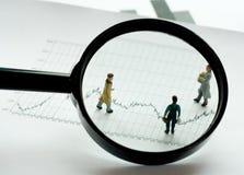 Leute unter Mikroskop Lizenzfreies Stockfoto