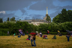 Leute unter Regenschirmen Lizenzfreie Stockfotografie