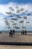 Leute unter Regenschirmskulptur herein der Stadt von Saloniki, Zentralmakedonien, Gre Stockfotos