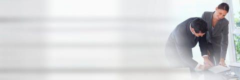 Leute-unterzeichnende Papiervereinbarung mit Übergang Lizenzfreies Stockfoto
