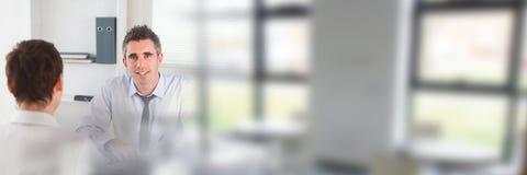 Leute-unterzeichnende Papiervereinbarung mit Fensterübergang Stockfoto