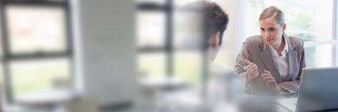 Leute-unterzeichnende Papiervereinbarung mit Fensterübergang Stockbild