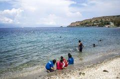 Leute verbringen Sommer auf weißem Sandstrand Lizenzfreie Stockfotos