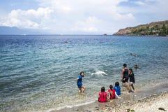 Leute verbringen Sommer auf weißem Sandstrand Lizenzfreie Stockfotografie