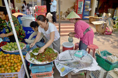 Leute verkaufen Lebensmittel Stockfotografie