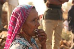 Leute an verlassenem Dorf in Rajasthan Indien Stockfoto