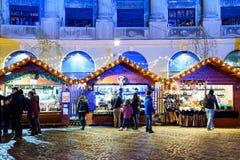 Leute-Versammlung an der Weihnachtsmarkt-im Stadtzentrum gelegenen Bukarest-Stadt Stockfoto