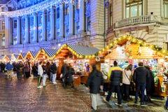 Leute-Versammlung an der Weihnachtsmarkt-im Stadtzentrum gelegenen Bukarest-Stadt Lizenzfreies Stockbild