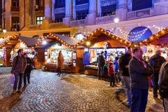 Leute-Versammlung an der Weihnachtsmarkt-im Stadtzentrum gelegenen Bukarest-Stadt nachts Lizenzfreie Stockfotos