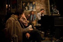 Leute von kleiner Jazz Club stockbild