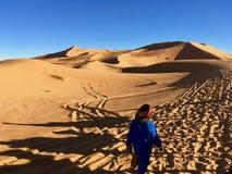 Leute von Sahara Desert, Mann in der blauen Kleidung und im bunten Kopf stockbild