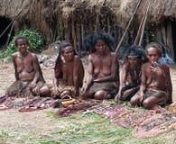 Leute von traditionellen Andenken des Stammes- Verkaufs des Papuan Lizenzfreies Stockbild