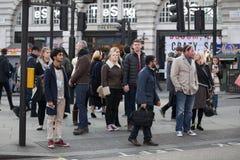 Leute von verschiedenen Nationalitäten gehen auf den Bürgersteig Eine bunte Menge macht London einzigartigen Platz Stockfotografie