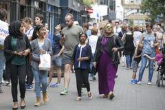 Leute von verschiedenen Nationalitäten gehen auf den Bürgersteig Eine bunte Menge macht London einzigartigen Platz Lizenzfreie Stockfotos