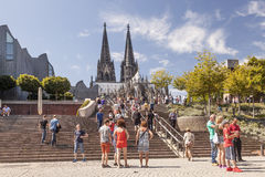 Leute vor der Köln-Kathedrale lizenzfreies stockbild