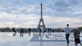 Leute vor Eiffelturm Stockfoto