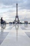 Leute vor Eiffelturm Lizenzfreie Stockfotos