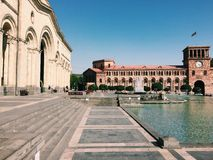 Leute vor Geschichtsmuseum, Republik-Quadrat, Eriwan, Armenien lizenzfreies stockfoto