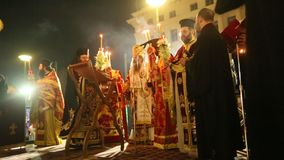 Leute während der Feier von orthodoxem Ostern Ostersamstag sind häufig, das einzige mal, dass das Mitternachtsbüro gelesenes here stock video footage