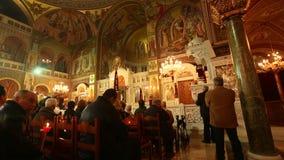 Leute während der Feier von orthodoxem Ostern Ostersamstag sind häufig, das einzige mal, dass das Mitternachtsbüro gelesenes here stock video