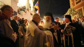 Leute während der Feier von orthodoxem Ostern - Vesper an großem Freitag (das Epitaphios auf Griechisch Freitag Abend gedient in  stock video footage