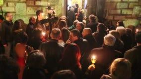 Leute während der Feier von orthodoxem Ostern - Vesper an großem Freitag (das Epitaphios auf Griechisch Freitag Abend gedient in  stock footage