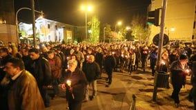 Leute während der Feier von orthodoxem Ostern - Vesper an großem Freitag (das Epitaphios auf Griechisch Freitag Abend gedient in  stock video