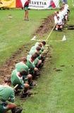 Leute während eines traditionellen Seils ziehen Wettbewerb in Engelberg Lizenzfreies Stockbild