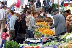 Leute am wöchentlichen Freitag-Markt in Kas, die Türkei Stockbild