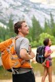 Leute wandernd - bemannen Sie den Wanderer, der in der Natur schaut Lizenzfreies Stockfoto