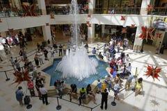 Leute Warteiphone 7 im Einkaufszentrum lizenzfreies stockbild