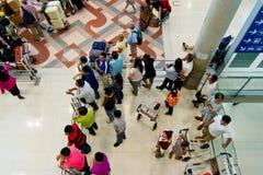 Leute warten ankommen Fluggast Lizenzfreies Stockbild