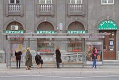 Leute warten auf Bus am Halt in Warschau, Polen Lizenzfreie Stockfotografie