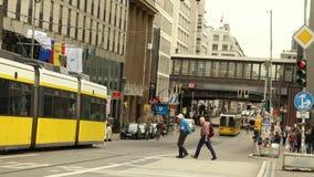 Leute warten auf das sferophora, die gelbe Tram sind auf den Lichtern, Leute warten auf die gelbe Tram, um zu überschreiten stock video