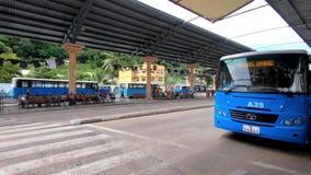 Leute warten auf den Bus stock video footage