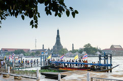 Leute warten Boot am 10. November 2012 in Tha Tien Pier, Bangkok, Thailand Lizenzfreies Stockfoto