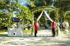Leute warten die Braut und auf den Br?utigam in Mataking-Insel stockfotografie