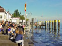 Leute warten am Pier bei Bodensee stockfotografie